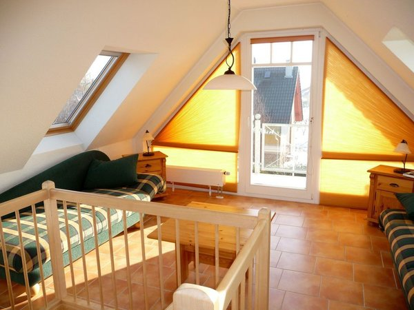 Wohnraum der zweiten Ebene mit Balkon