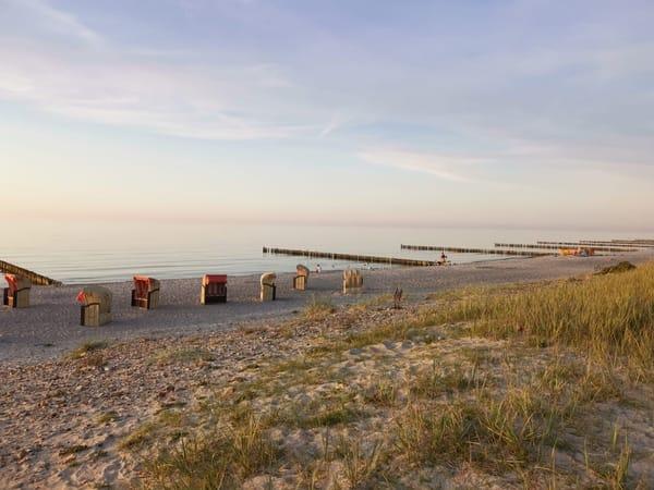 Die Strandkörbe warten auf den nächsten Tag