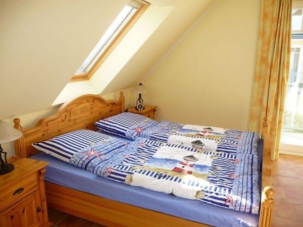 Schlafzimmer mit Doppelbett und Balkonzugang