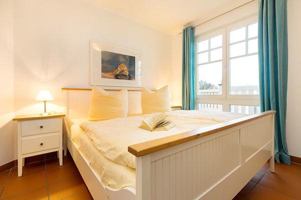 Im romantischen Schlafzimmer schlafen Sie bequem ...
