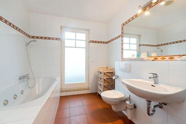 Im Bad finden Sie eine Whirlwanne, sowie zusätzlich noch eine  Dusche, Waschtisch, WC und Fön.