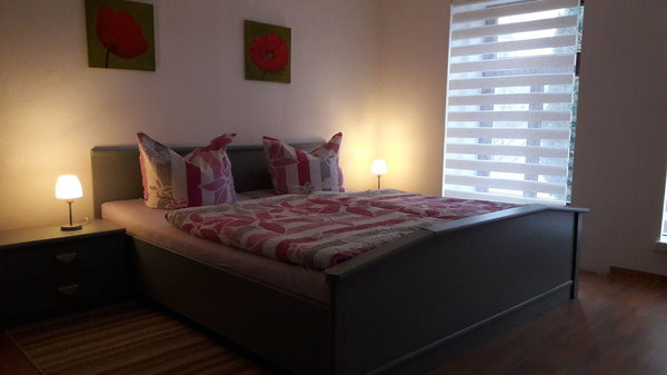 Schlafzimmer 1 mit Doppelbett und Liege
