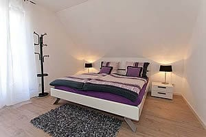 Eines der Schlafzimmer Wohnung 1