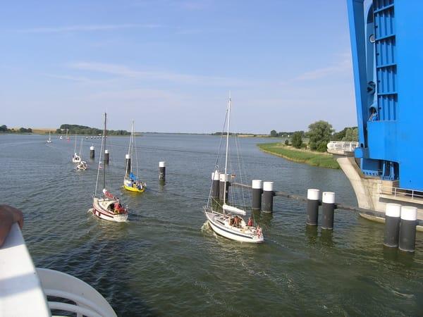 Brücke offen...Schiffe fahren Richtung Ostsee