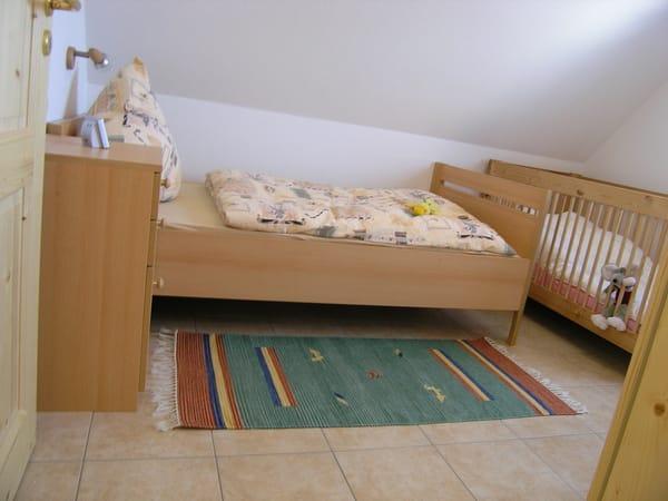 3.Schlafzimmer mit Kinderbett