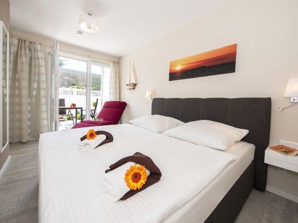 Schlafzimmer mit Doppelbett und Relaxsessel