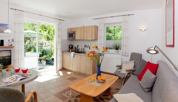 Urlaub auf der Sonnenseite-mit Blick ins Grüne! Das 2-Zimmer-Appartement befindet sich ebenerdig und bietet mit seinen 40m² ausreichend Platz ...