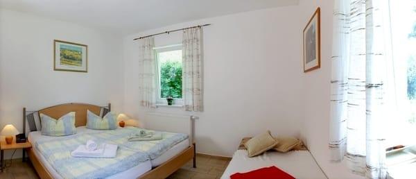 Das freundlich eingerichtete Schlafzimmer ist mit einem bequemen Doppelbett (180x200cm) und Plissees an den Fenstern zum Abdunkeln ausgestattet.Für die 3.Person steht im Schlafzimmer ein Einzelbett.