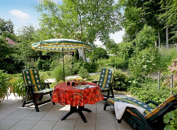 Vom Wohnzimmer erreichen Sie Ihre private Süd-Terrasse, die zum Sonnenbaden ...