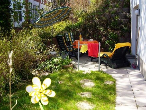 ... oder zur abendlichen Spielrunde mit Blick in den Garten einlädt. Grill-Liebhaber kommen ebenfalls auf Ihre Kosten, denn auf der Terrasse ist das Grillen im Grünen selbstverständlich gestattet.