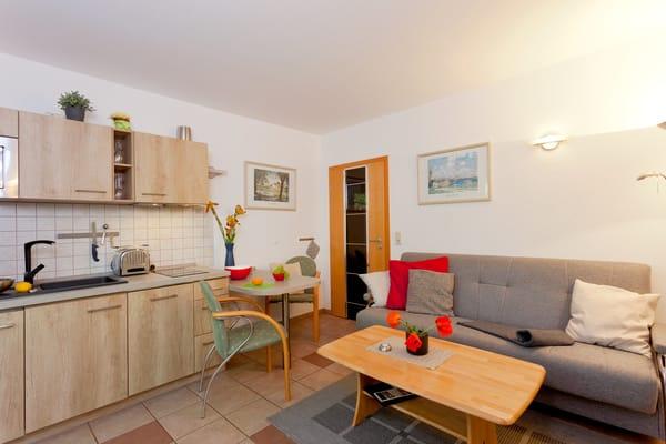 Herzlich Willkommen... Das Zwei-Zimmer-Appartement befindet sich ebenerdig und bietet mit seinen 35 Quadratmetern ausreichend Platz für einen erholsamen Urlaub zu zweit.