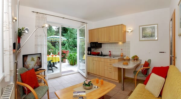 Der Wohnbereich verfügt über eine moderne Küchenzeile (inkl. Geschirrspüler, Induktionskochfeld, Mikrowelle, ...