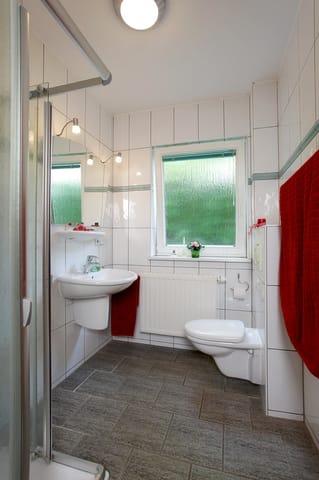 Das Badezimmer ist mit einer Echtglasdusche, WC und Haarfön ausgestattet.