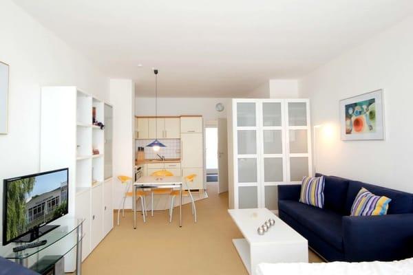 Wohn- und Schlafraum mit offener Küche und separatem Essplatz