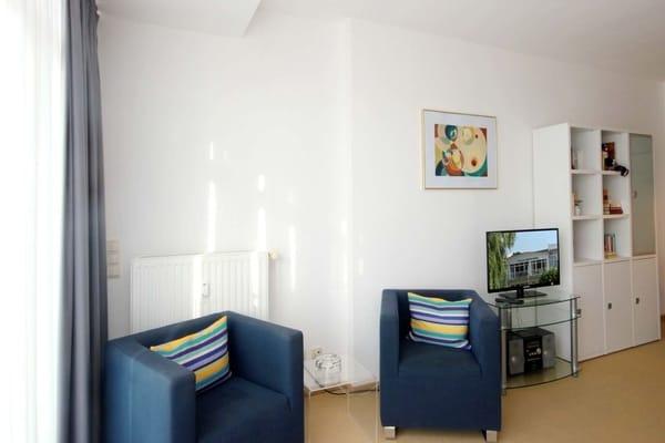 Flachbildfernseher und Musikanlage