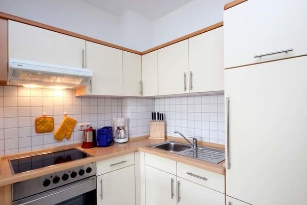 Wohnküche mit Backofen, Ceranfeld sowie Kühlschrank