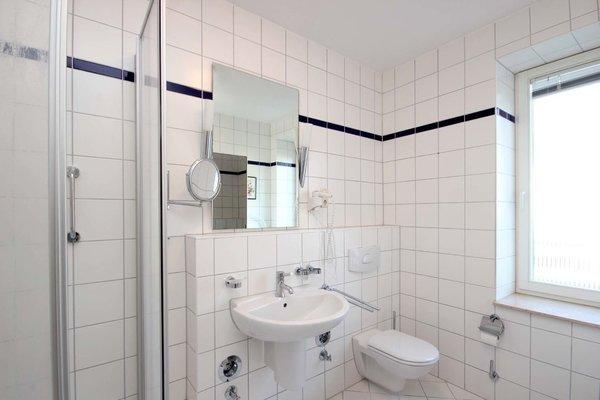 Tageslichtbad mit Dusche, WC und Kosmetikspiegel