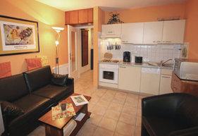 Wohnzimmer mit integrierter Küchenzeile