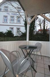 überdachter Balkon und eine separate Terrasse