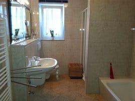 Bad 1 mit Dusche, Wanne, WC