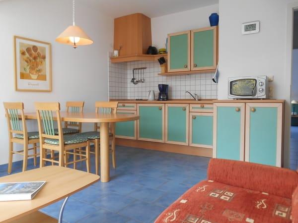 offene Küche mit großem Essplatz