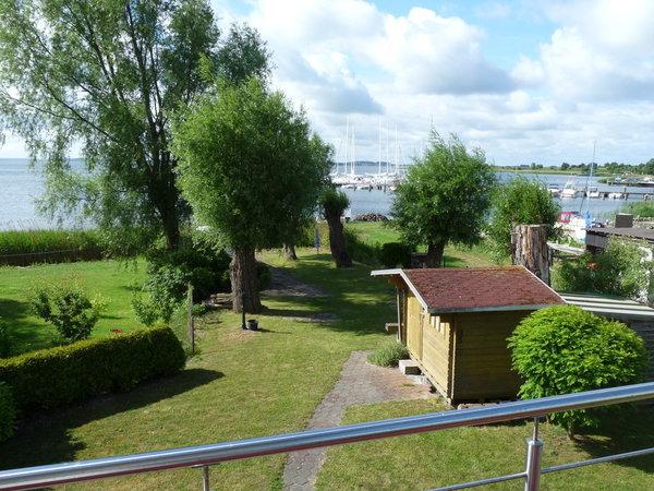 Blick vom Balkon über Bodden und Hafen