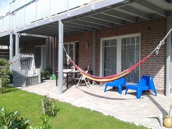 Mit Strandkorb und Hängematte lädt die Terrasse zum Entspannen ein
