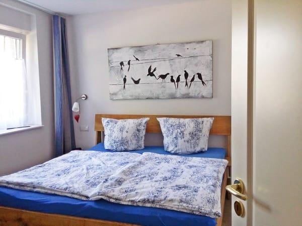 Das größere der beiden Schlafzimmer - mit Doppelbett und hochwertigen Matratzen