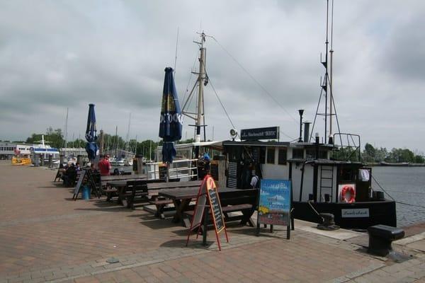 """Frische Fischbrötchen am Lauterbacher Hafen beim Räucherschiff """"Berta"""""""
