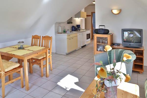 Wohn- und Essbereich mit Blick in die Küche