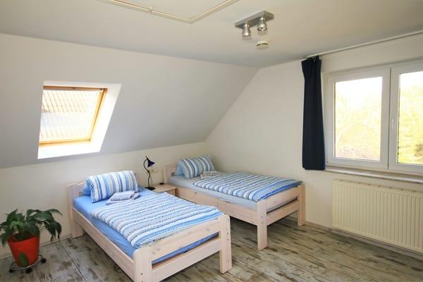 Schlafzimmer mit 2 Einzelbetten, Kleiderschrank und TV