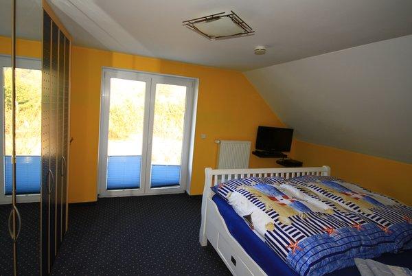 Schlafzimmer mit Doppelbett 200 X 200, großer Kleiderschrank und TV