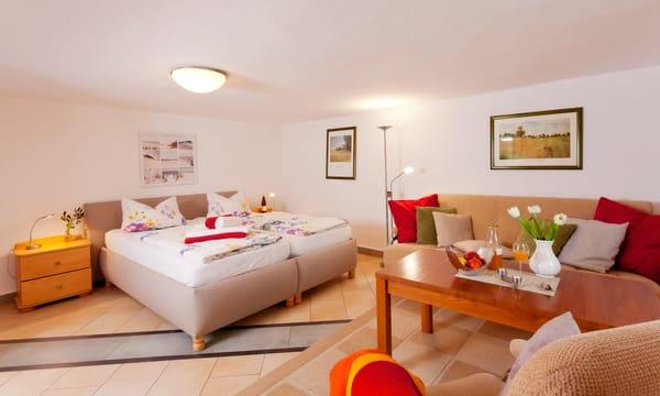 Das Zwei-Zimmer-Appartement befindet sich im Souterrain des vorderen Hauses und bietet mit seiner 35 Quadratmeter großen Wohnfläche ausreichend Platz für einen erholsamen Urlaub zu zweit.