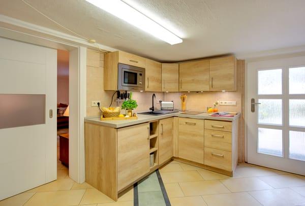 ... Kaffeemaschine sowie Eierkocher lässt keine Wünsche offen. An dem Esstisch können Sie Platz nehmen um den kulinarischen Freuden zu frönen.Bitte beachten Sie:Deckenhöhe des Appartements 1,95m.
