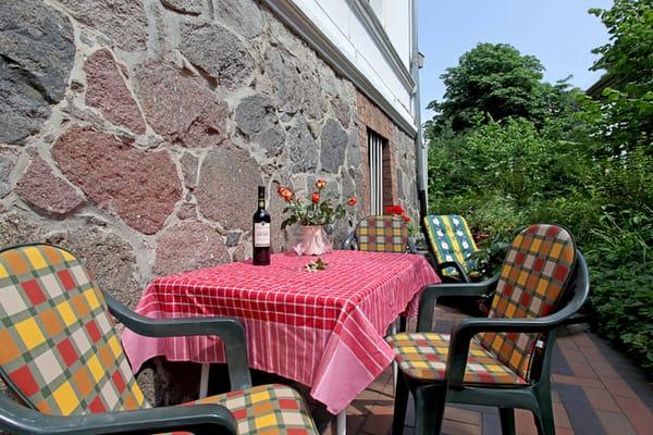 Von der Küche aus erreichen Sie Ihre private Terrasse, die zum Grillen oder auch zur abendlichen Spielrunde einlädt. Info:Die Terrasse des Appartements wurde im Mai 2018 neu gestaltet u. vergrößer