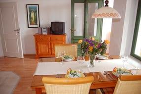 Im Wohnbereich befindet sich ein großzügiger Essbereich mit einem großen Esstisch.