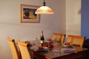 Im Wohnbereich befindet sich ein freizügiger Essbereich mit einem großen Esstisch, um gemeinsam den kulinarischen Freuden zu frönen.