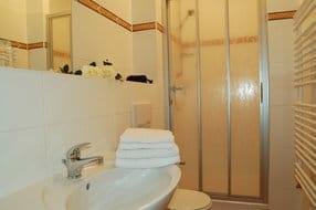 Das Badzimmer ist mit WC und Dusche ausgestattet.