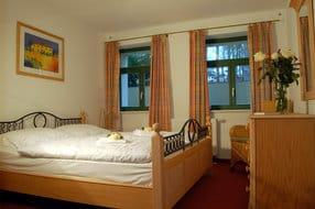 Im Schlafzimmer wartet ein weiches Doppelbett auf seine nächtlichen Besucher. Saunaliebhaber aufgepasst: Das Schwitzbad ist nur wenige Meter vom Appartement entfernt.