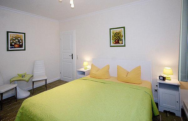 kombiniertes Wohn/Schlafzimmer mit Doppelbett