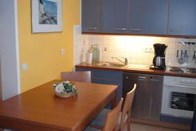 Küchenzeile + Essbereich mit Fenster