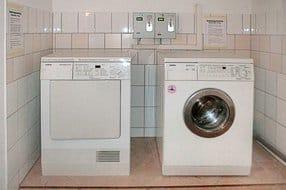 Waschmaschine und Trockner im Haus