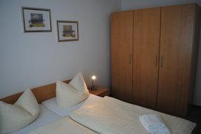 Schlafraum mit Doppelbett + Kleiderschrank