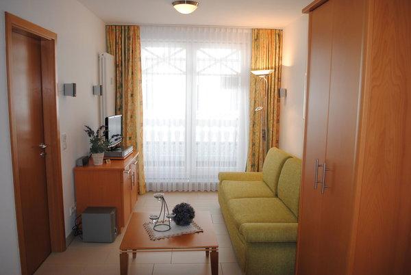 Wohnraum mit Zugang zum Balkon