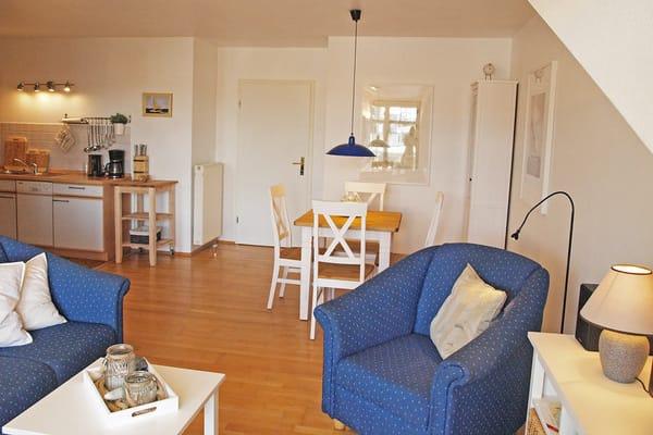 Sitzecke, Küche und Esstisch im Hintergrund