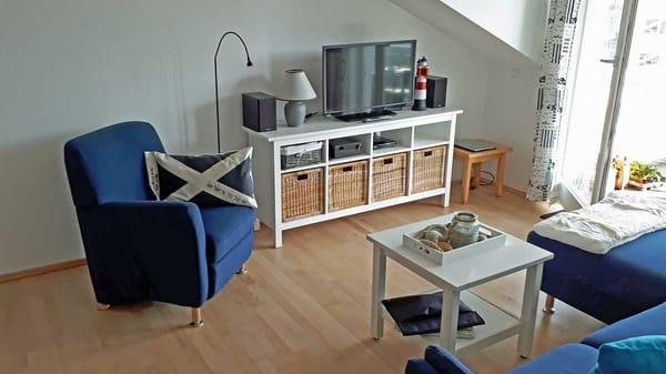 Sitzecke im Wohnzimmer mit TV