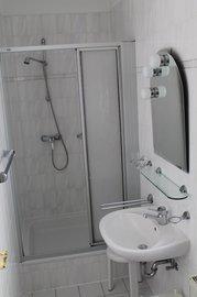 Bad mit WC, Dusche und Fenster