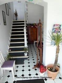 Gästeflur und Aufgang zum oberen Gästezimmer mit Balkon