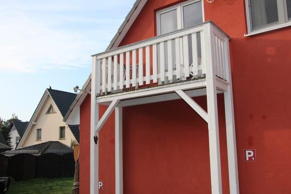 Der an den Wohnbereich angrenzende Balkon ist zur Morgendsonne ausgerichtet und lädt zum Entspannen ein.