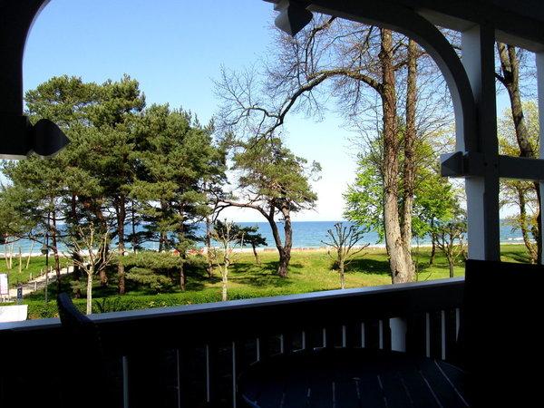 Blick vom Balkon in Richtung Strand und Strandkorb